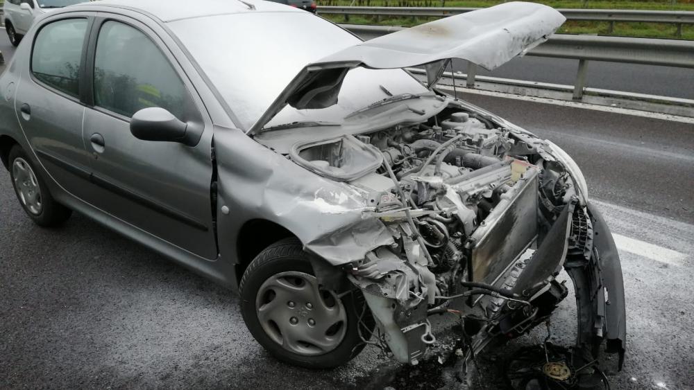 Auto fängt nach Unfall Feuer - Stol.it