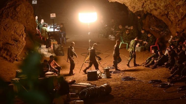 Jugendliche In Höhle